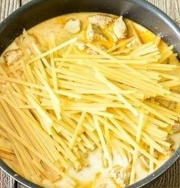炒め終わったら、ミルクと鶏がらスープをいれ、パスタを半分に折り鍋に投入。 混ぜながら沸騰するまで待ちます。